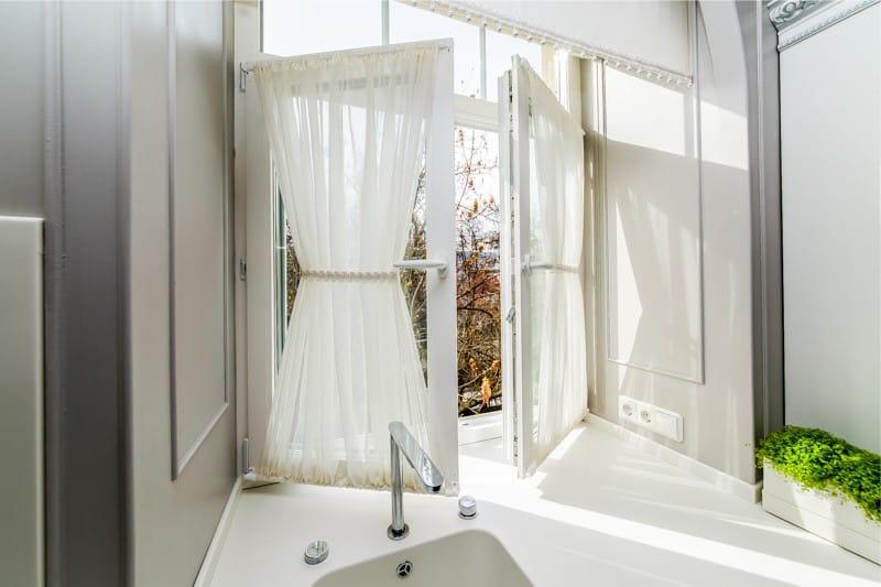 Кухонное окно с витражным карнизом раздвижного типа
