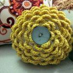 Вязанная цветочная подушка