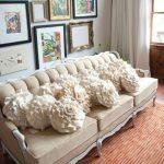 Вязанные диванные подушки в форме цветка