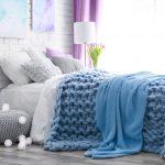 Вязанный синий плед можно использовать как покрывало и как одеяло