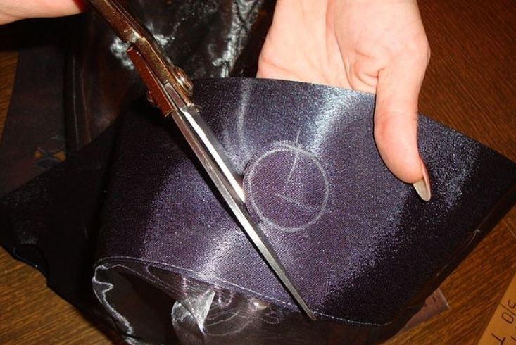 Вырезание ножницами большого отверстия в шторе