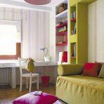 Яркая напольная подушка для гостиной