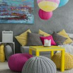 Яркие интерьерные подушки позволяют легко изменить интерьер простой комнаты