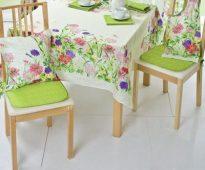 Яркие салатовые подушки-сидушки и цветочные подушки под спину
