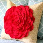 Яркий цветок на диванной подушке