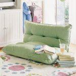 Зеленая напольная подушка в интерьере