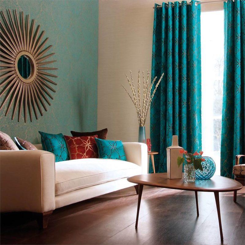 Коричневый пол в комнате с мятными шторами