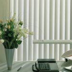 Живые цветы в вазе на рабочем столе