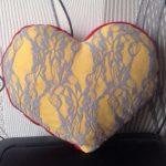 Желтая подушка с цветами в форме сердца
