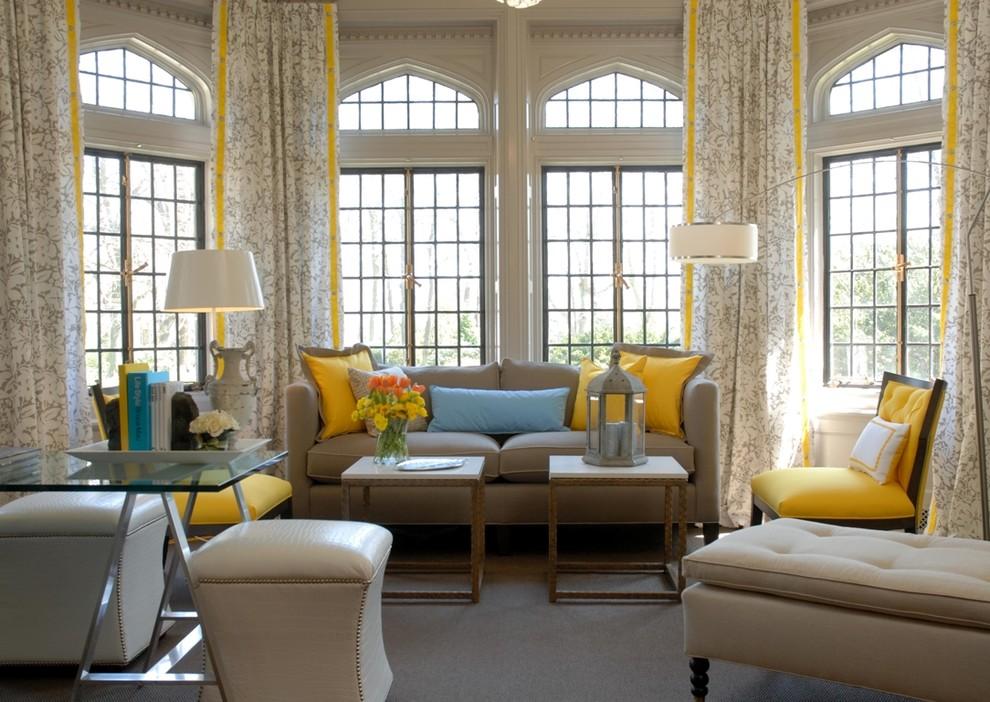 Желтые полоски на светлых занавесках в гостиной
