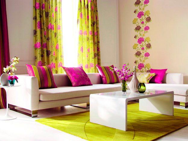 Яркие шторы с цветами в интерьере зала