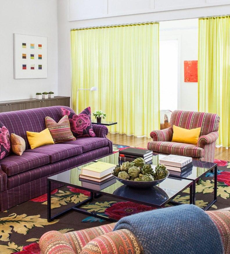 Желтые шторы из тюля в гостиной комнате