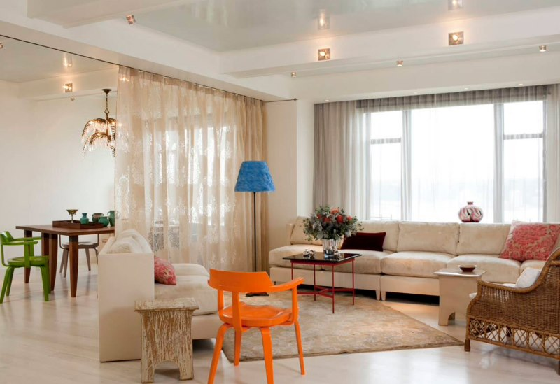 Зонирование тюлем пространства гостиной