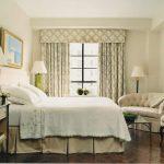 Бело-зеленый ламбрекен для светлой спальни