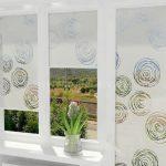 Белые шторы с рисунком с креплением на окно с помощью липучки