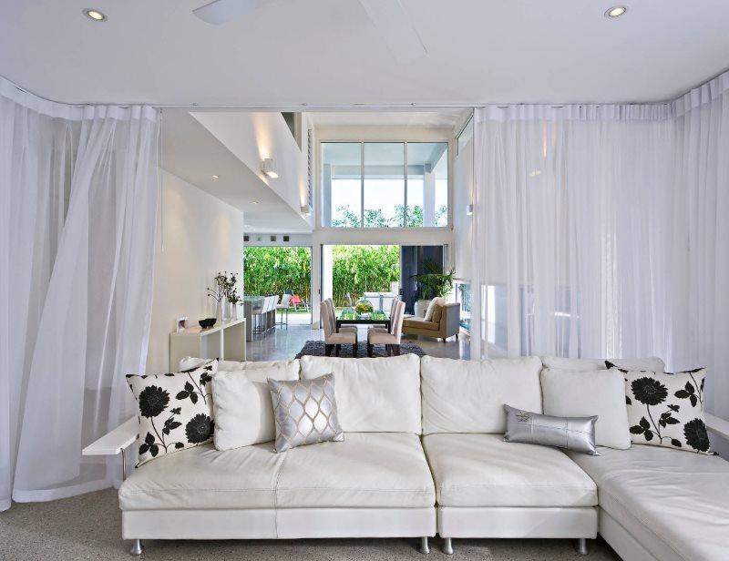 Белоснежные шторы в интерьере гостиной частного дома