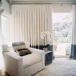 Бежевые шторы на кольцах в гостиную
