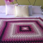 Большой плед на двуспальную кровать в виде большого квадрата