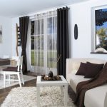 Черные шторы и белый тюль на люверсах