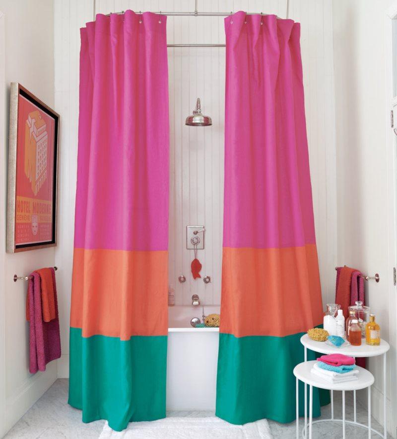 Разноцветные шторы из ткани над ванной
