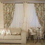 Цветочные шторы и подушки для комнаты с двумя небольшими окнами