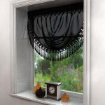 Черная штора с бахромой в оконном проеме
