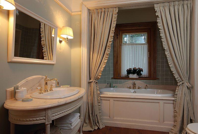Дорогие портьеры в интерьере ванной частного дома