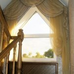 Дворцовое оформление треугольного окна на лестнице