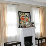 Двухцветные шторы на два окна в комнате с камином