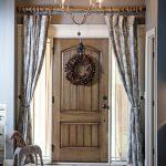 Деревянная гардина на дверном проеме