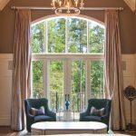 Настенный карниз на окне с аркой