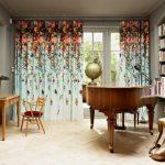 Яркие шторы в комнате с книжными полками