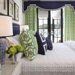 Зеленые шторы в интерьере спальной комнаты