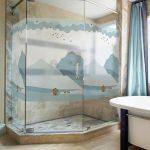 Стеклянная перегородка с рисунком в ванной