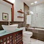 Деревянная мебель в совмещенной ванной