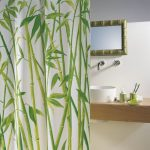 Стебли бамбука на занавеске в ванной