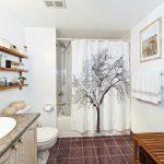 Открытые полки в светлой ванной комнате