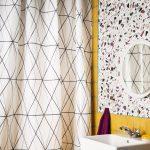 Мозаичное панно на стене в ванной