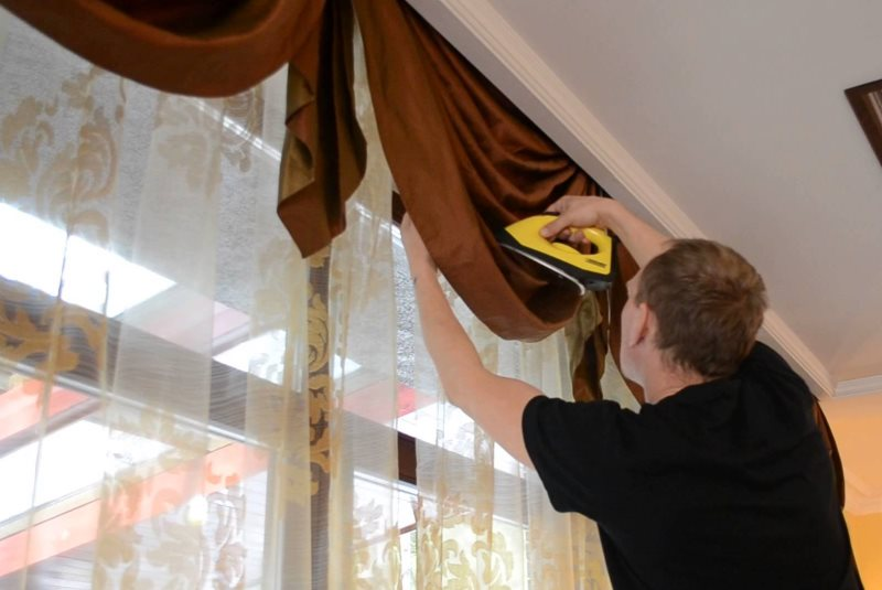 Разглаживание шторы на весу с помощью утюга