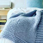 Голубой теплый вязанный плед с сердечками