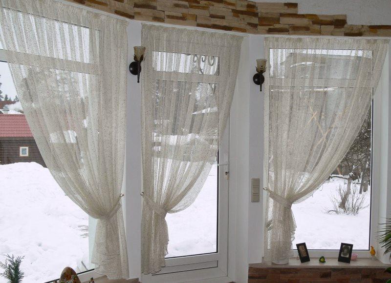 Посеревшие занавески из тюля на окнах загородного дома