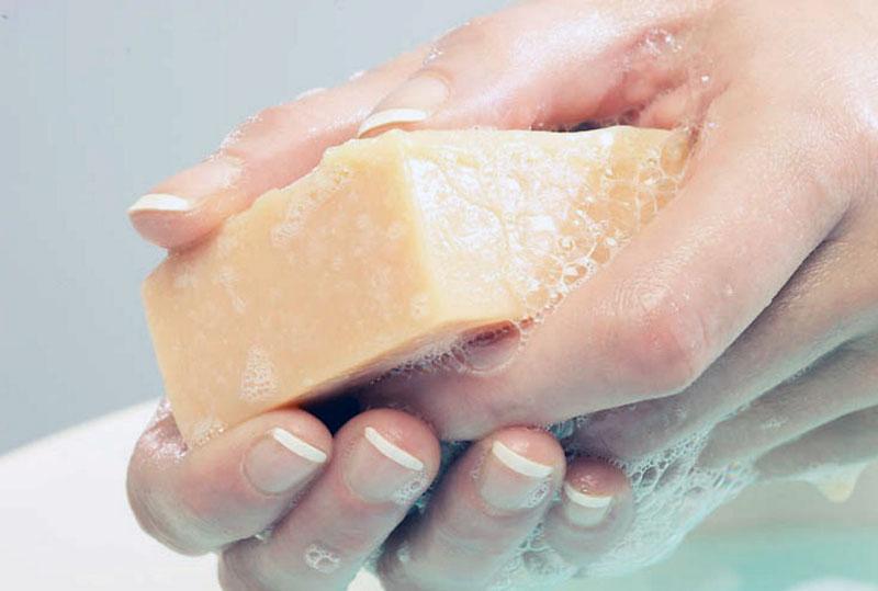 Намыливание мыла для наклейки ткани на стекло