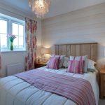 Интересные шторы в спальню с крплением на петлях липучках