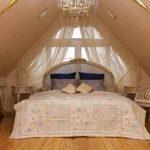 Интересные занавески с ламбрекеном для трапецевидного окна в спальне