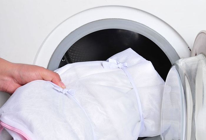 Закладка тюля в мешке в стиральную машинку