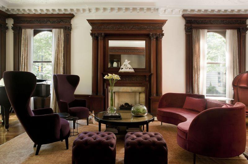 Дорогие багетные карнизы в интерьере гостиной