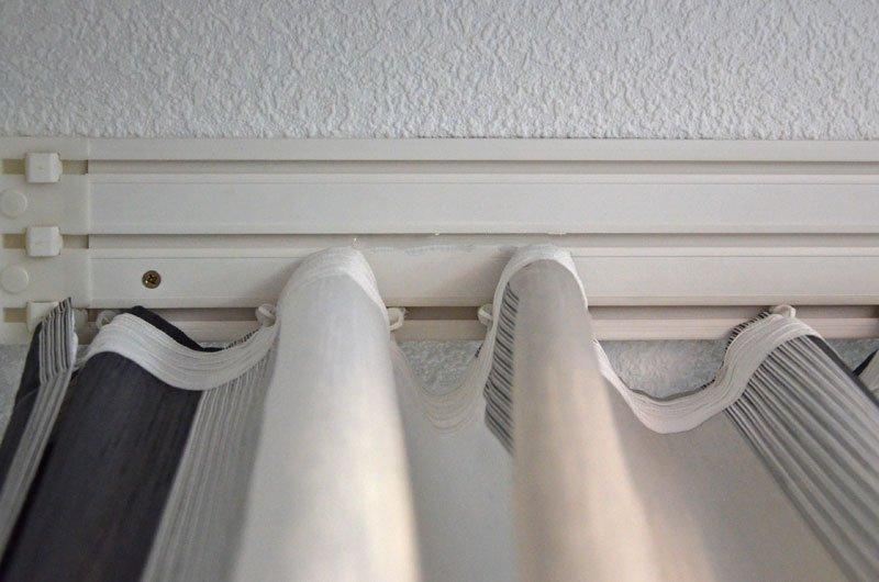 Закрепление штор на потолке с помощью пластиковой шины