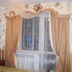 Комбинированный бежево-коричневый ламбрекен для спальни