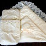 Конверт, плед и шапочка с широким кружевом на выписку в демисезон