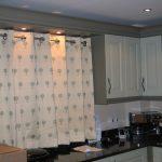 Короткие шторы на люверсах для кухни